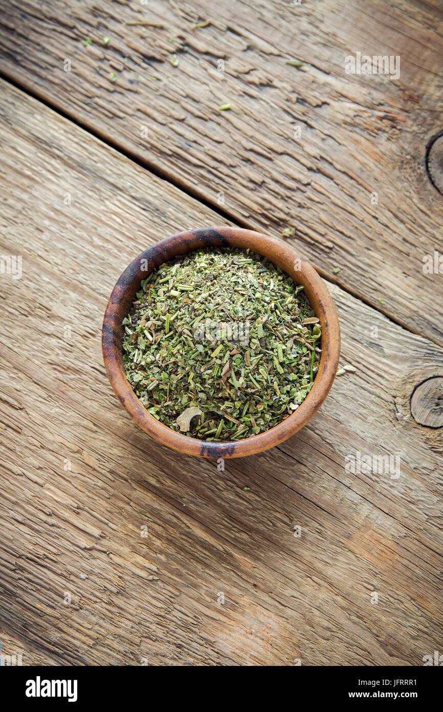 Misto di erbe italiane condimento su sfondo di legno, copia dello spazio. Le erbe aromatiche essiccate stagionatura, Immagini Stock