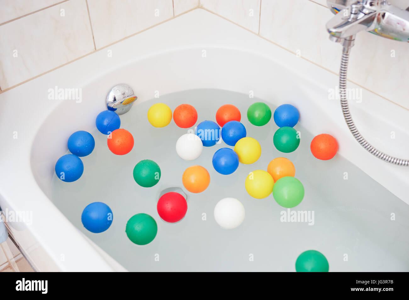 Vasca Da Bagno Colorata : La vasca da bagno bianco colorato con sfere di plastica foto