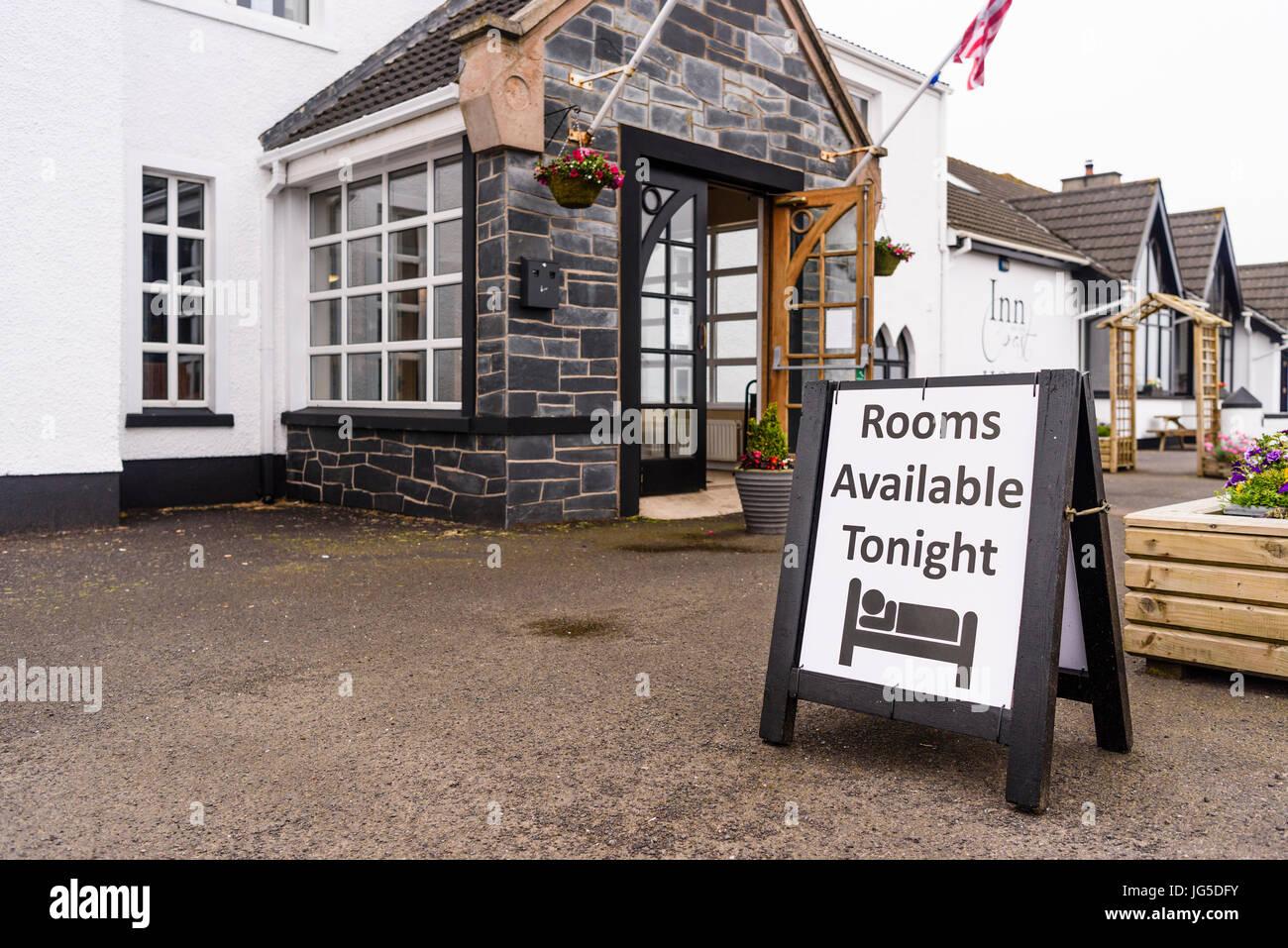Segno che avverte che le camere sono disponibili al di fuori della Locanda sulla costa, Portstewart, County Londonderry, Immagini Stock