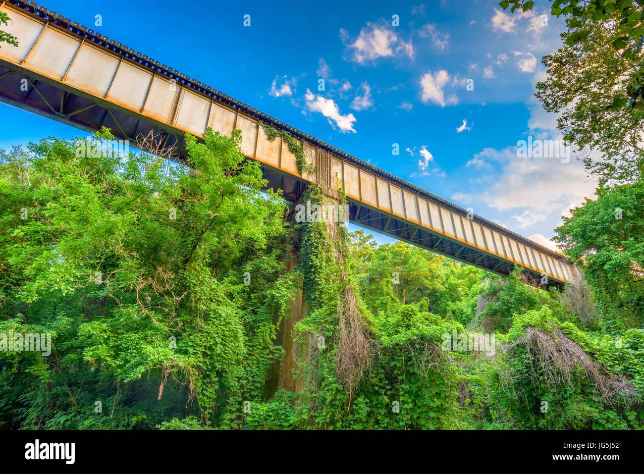 Un treno traliccio passa attraverso una zona rurale. Immagini Stock