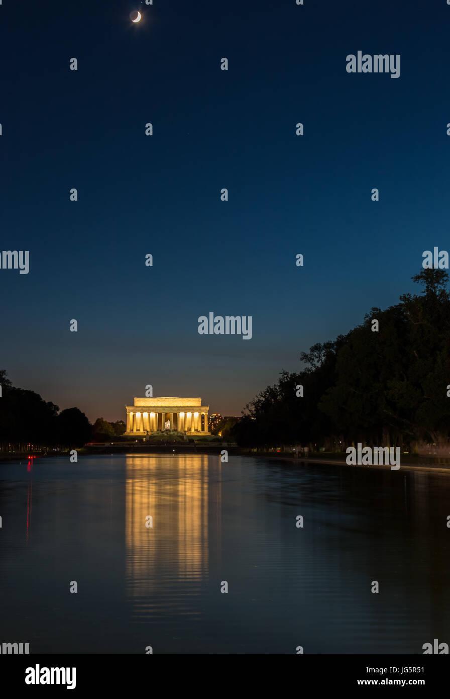 Lincoln Memorial riflettendo sulla piscina con Luna in alto nel cielo Immagini Stock