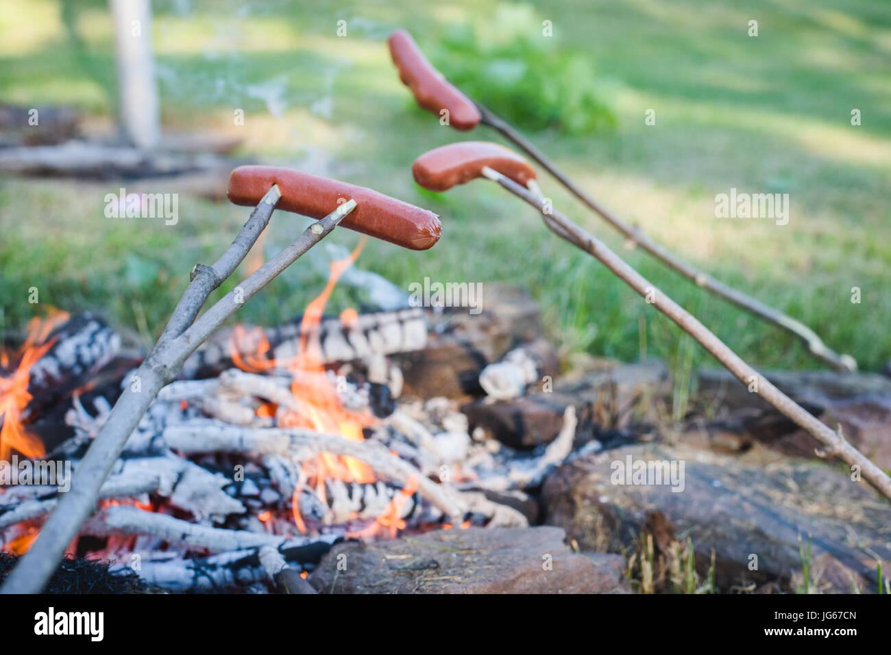 Cibo cuochi su un grill in estate Immagini Stock