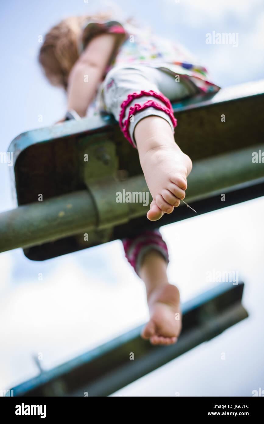 Un bambino gioca in un parco giochi Immagini Stock