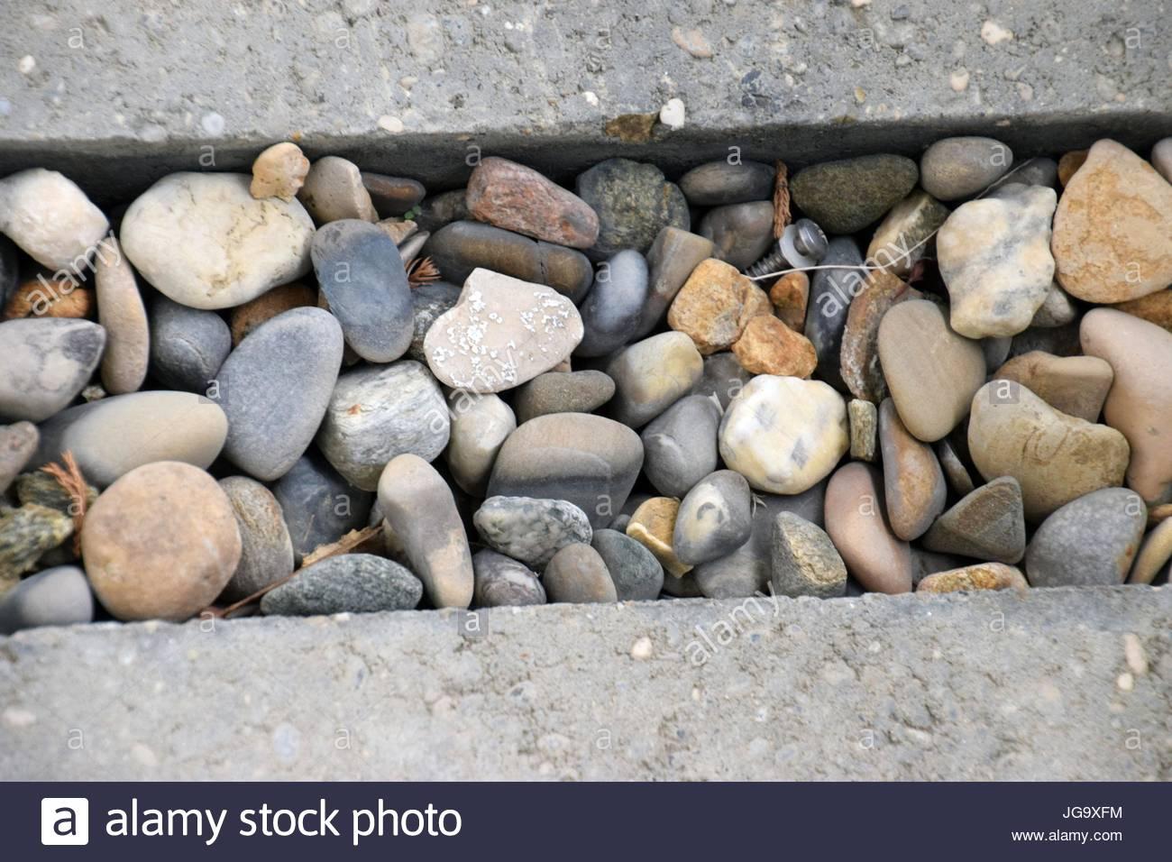 Wasserablauf mit Steine und Beton, scarico acqua con calcestruzzo e pietre Immagini Stock