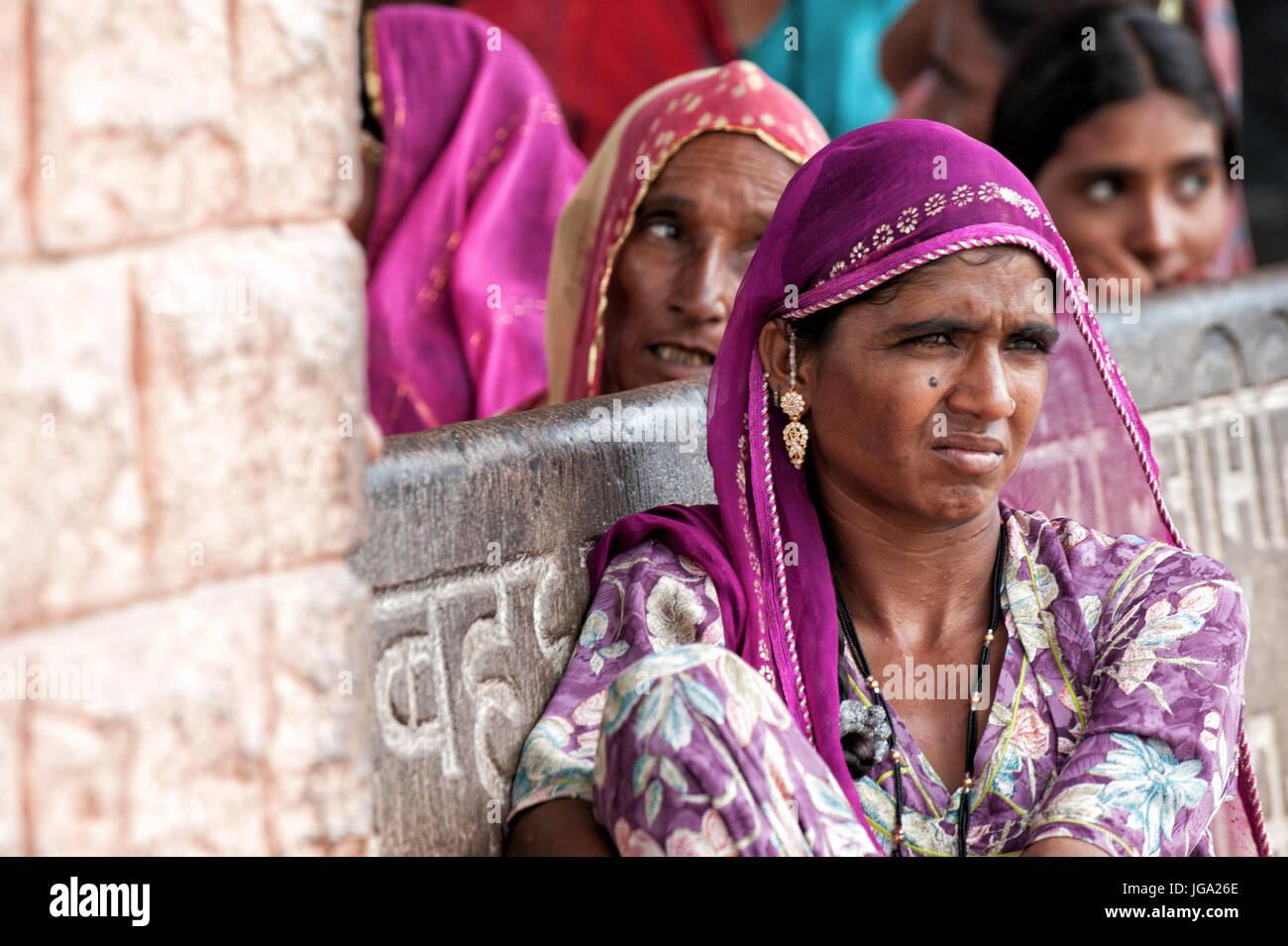 Bellissime le donne indiane in attesa per il bus in tradizionali abiti colorati, sari Immagini Stock