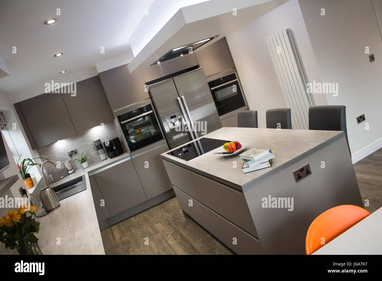 Un moderno grigio opaco cucina interno che mostra un centro isola