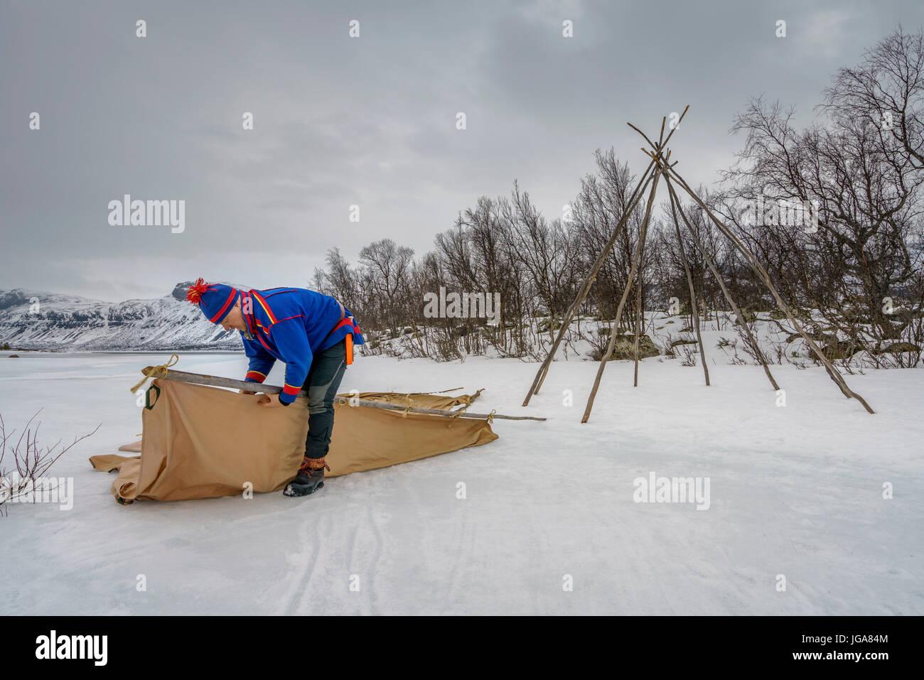 Costruzione di una tenda Sami, Lapponia, Svezia Immagini Stock