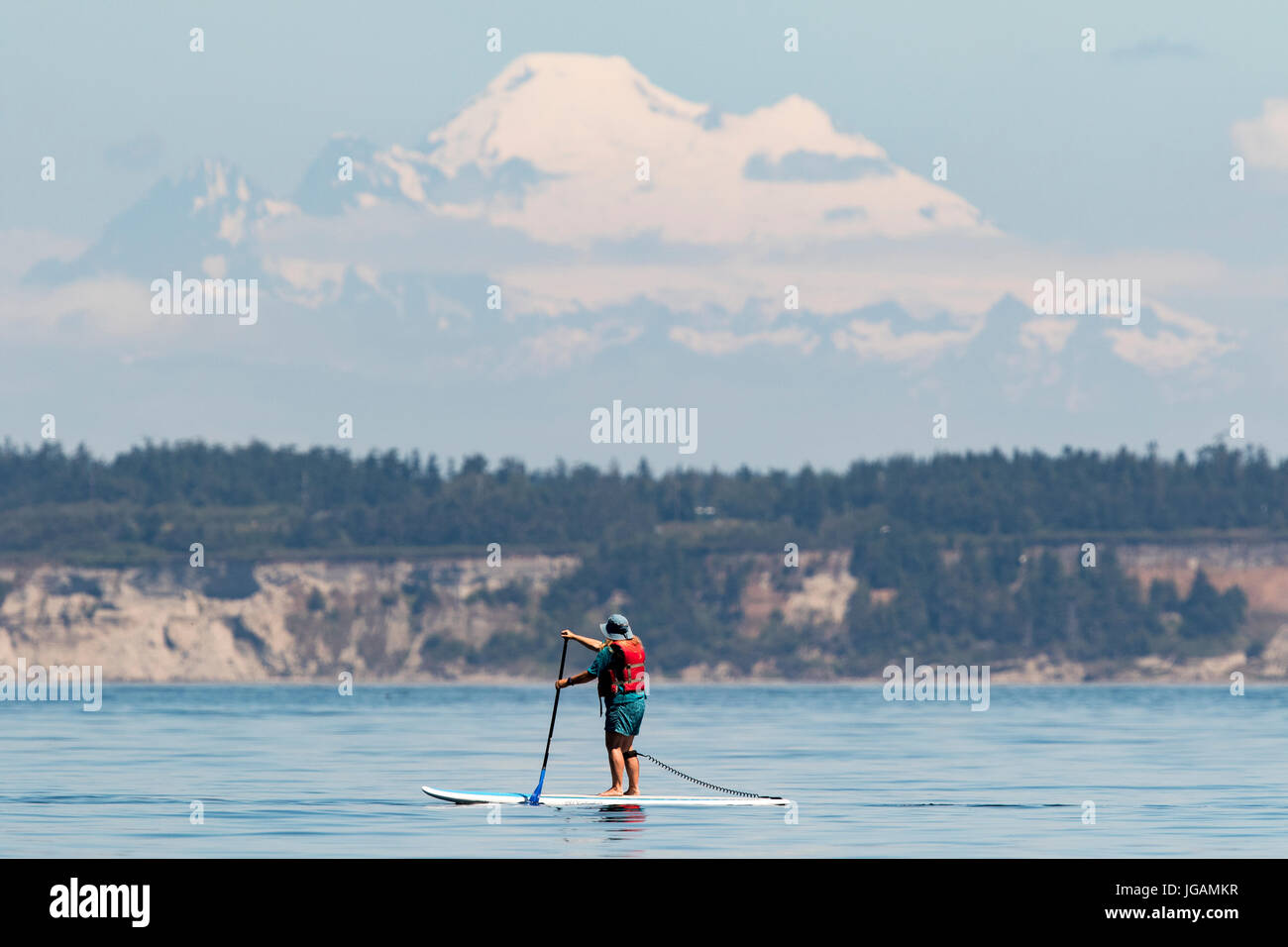 Stand Up Paddle imbarco sul Puget Sound con Mount Baker in background. Foto Stock