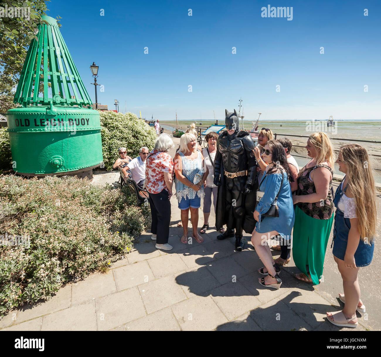 Leigh on Sea, Southend on Sea, Essex, Inghilterra, Regno Unito. 5 Luglio, 2017. Uomo vestito con una tuta di Batman Immagini Stock