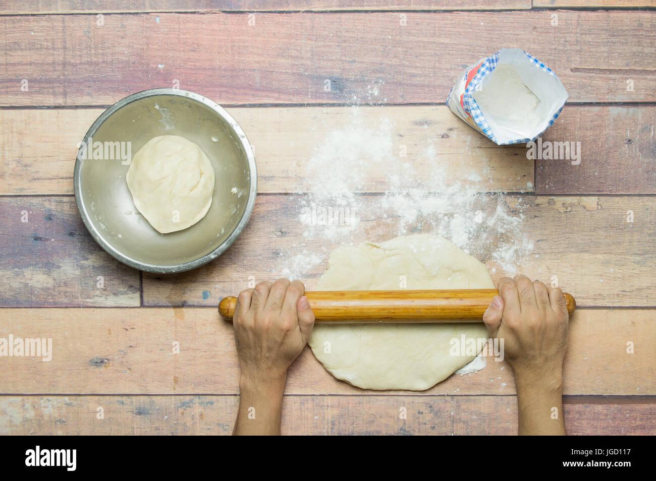 Stirare Sul Tavolo Di Legno.Pasta Di Stiro Con Il Mattarello Sul Tavolo Di Legno Per La