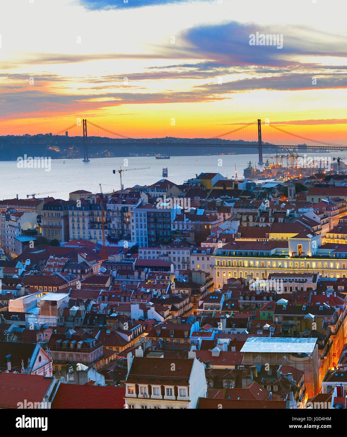 Il diametro esterno di Lisbona vista città nella bellissima twilight. Portogallo Immagini Stock