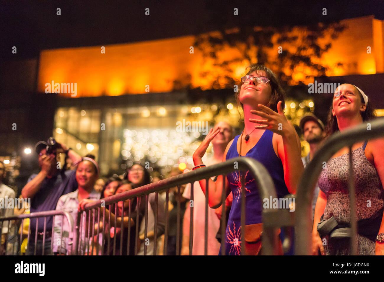 Montreal, 4 luglio 2017: giovane donna in estasi alla fine di 'Ghost Town blues band' prestazioni a Montreal Immagini Stock