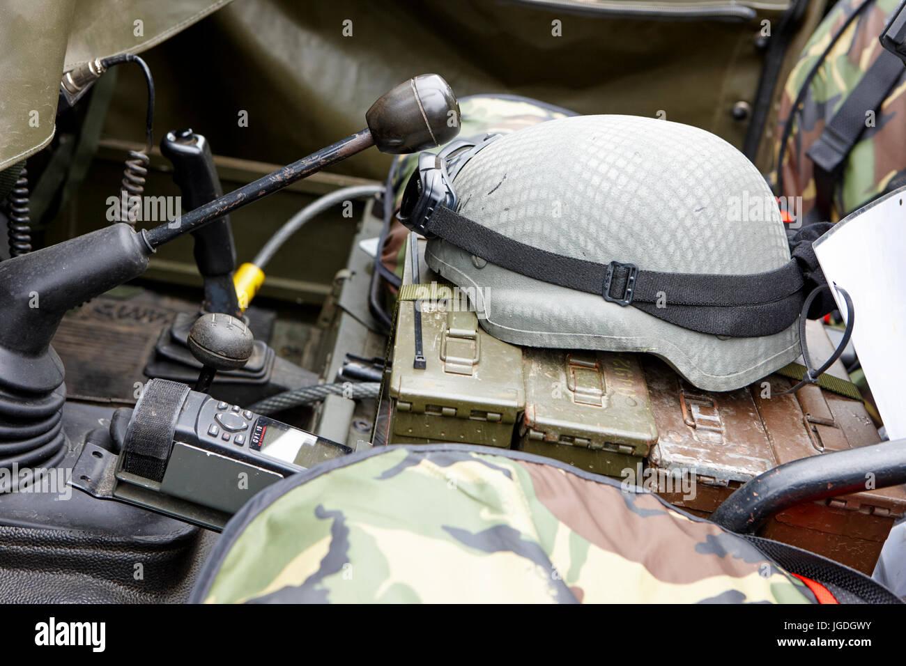 Advanced combat casco e occhiali in British Army veicolo regno unito Immagini Stock