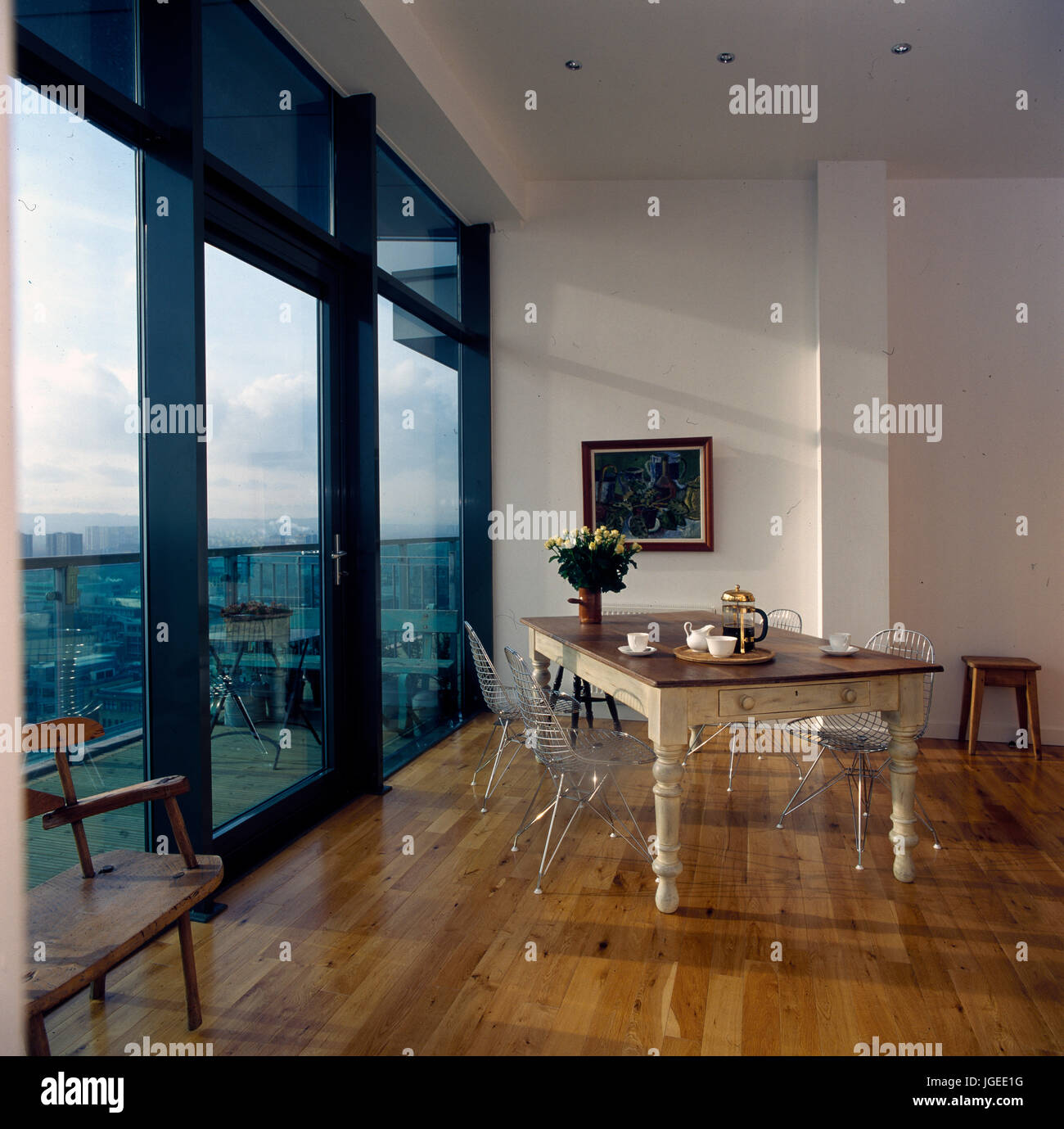 Awesome porte a vetro per balcone nella citt moderna di for Vetrate case moderne