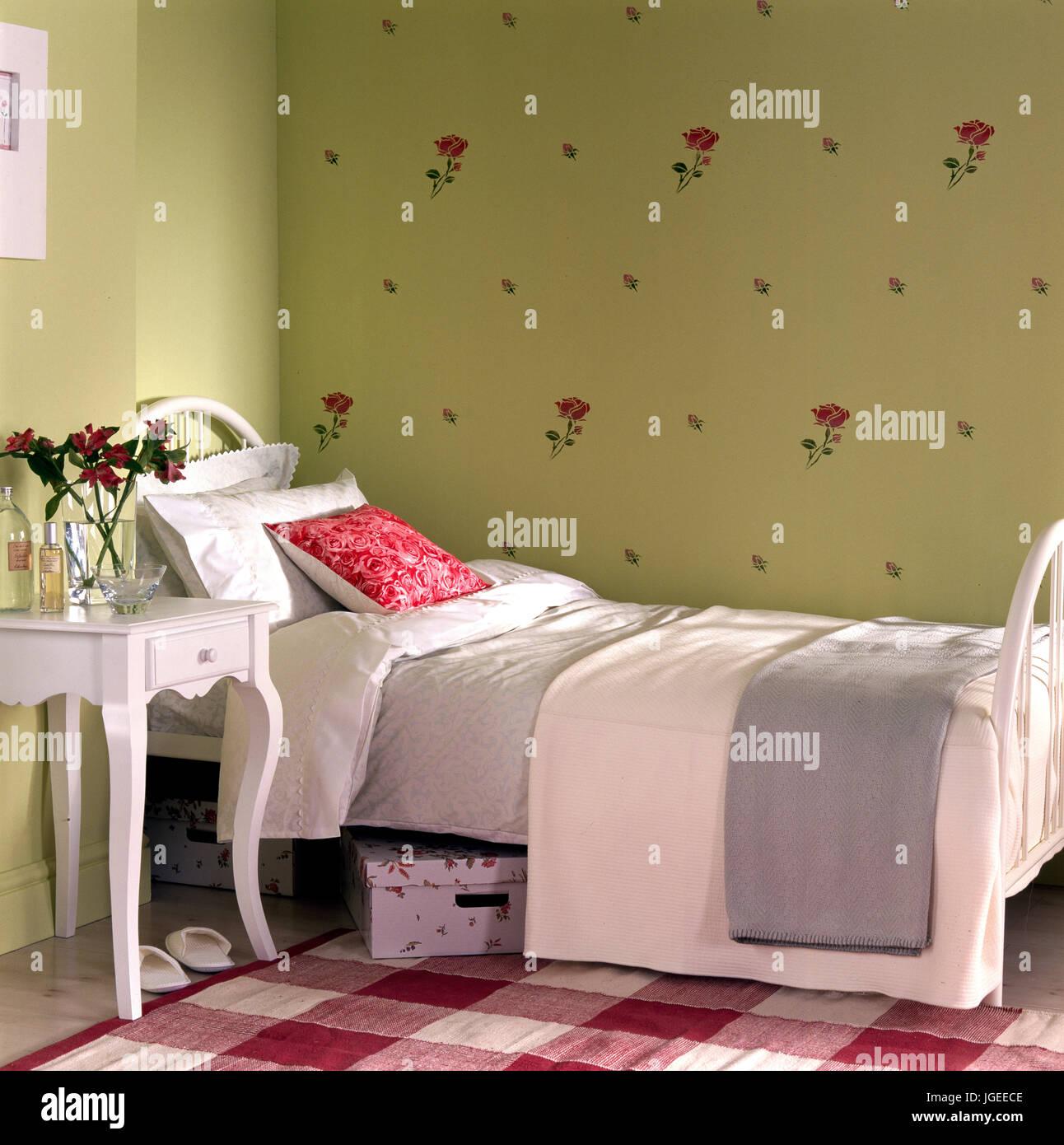 Ragazze tradizionale camera da letto singola con dipinti di bianco ...