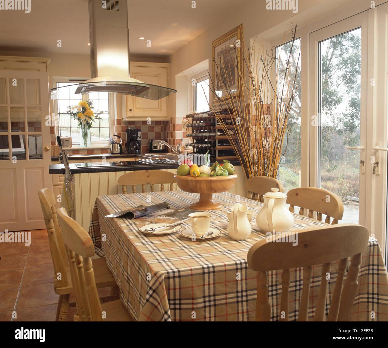 Plaid tessuto sul tavolo in cucina moderna sala da pranzo Foto ...