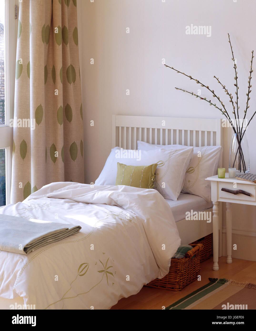 Piccola camera da letto moderna con arredamento color crema e ...
