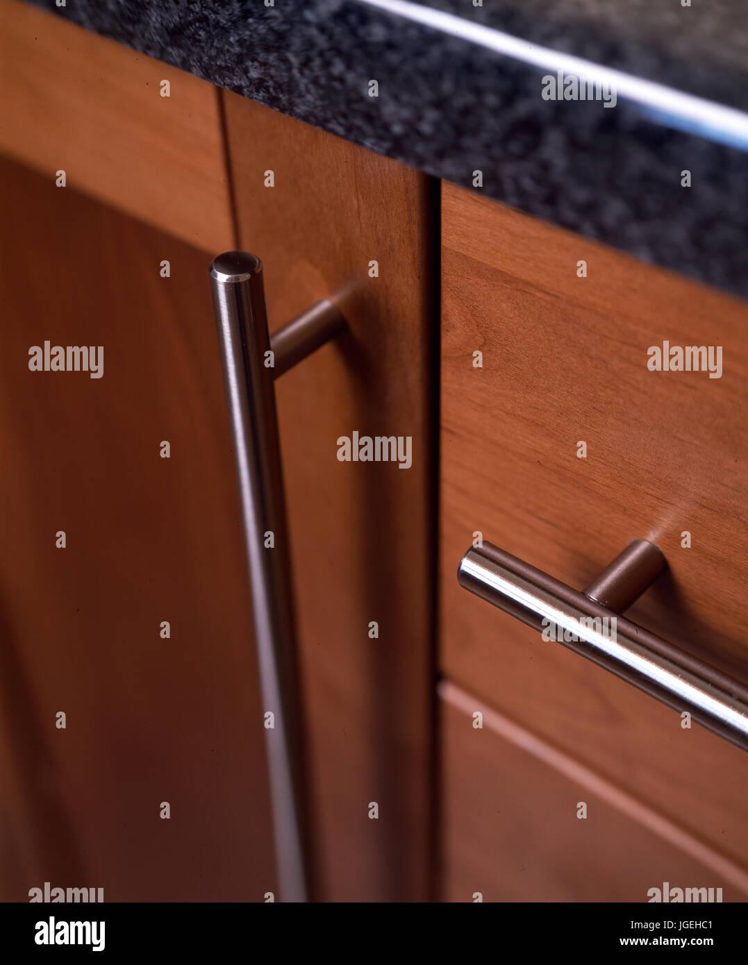 Primo piano del mobile da cucina con maniglie in acciaio ...
