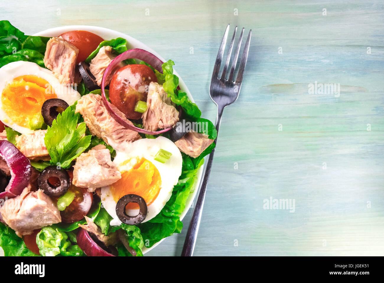 Primo piano di insalata di tonno con forcella e spazio di copia Immagini Stock