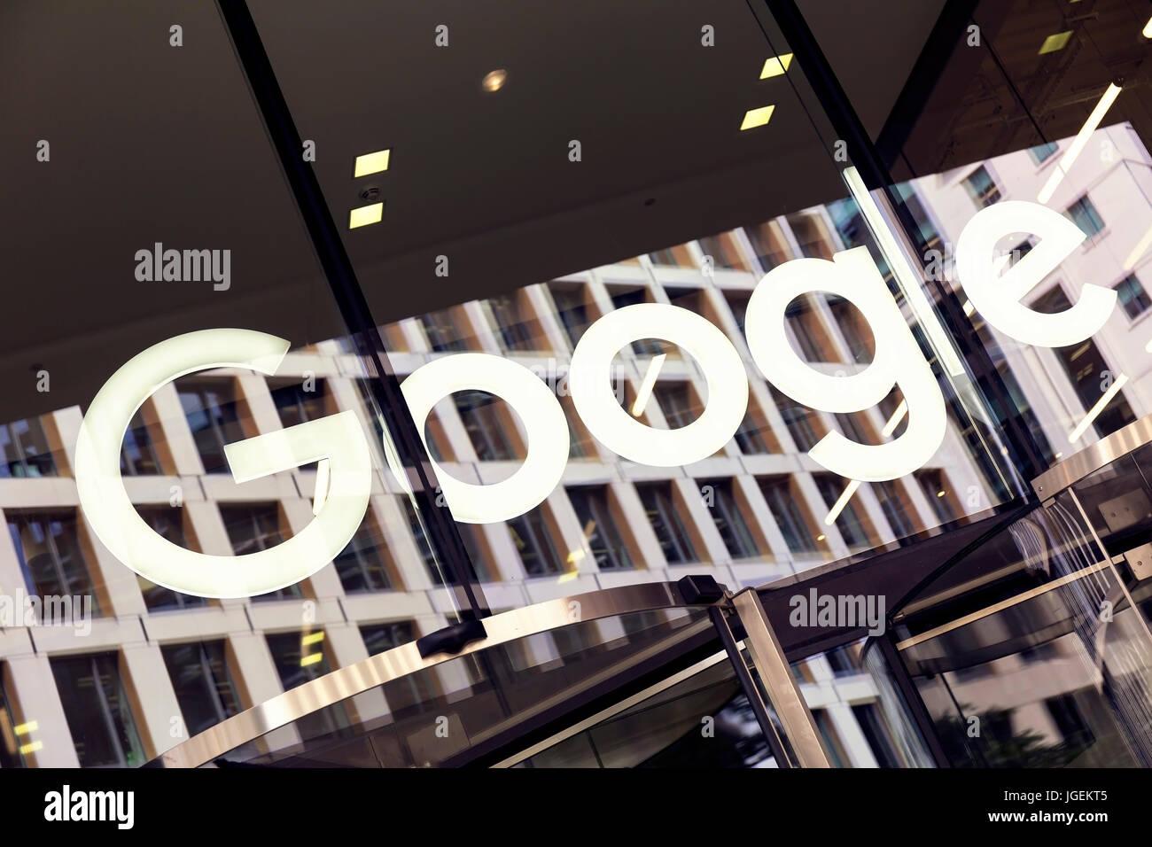 Vista ravvicinata del marchio di Google Nome sopra la porta di ingresso della sede di Londra Kings Cross Immagini Stock
