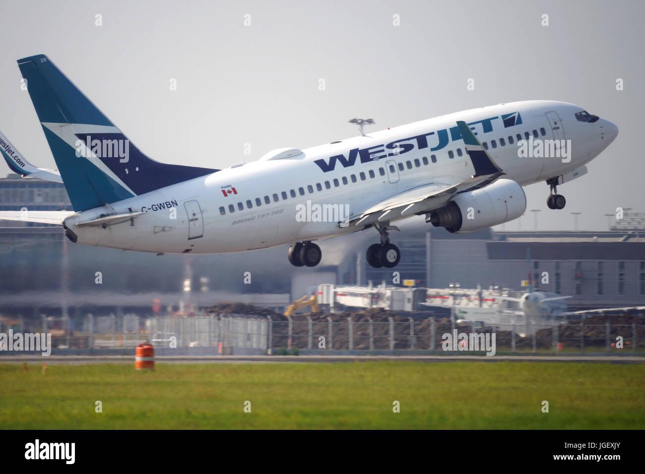 Montreal, Canada, 6 luglio,2017.Westjet volo il decollo dal Trudeau International airport.Credit:Mario Beauregard/Alamy Immagini Stock