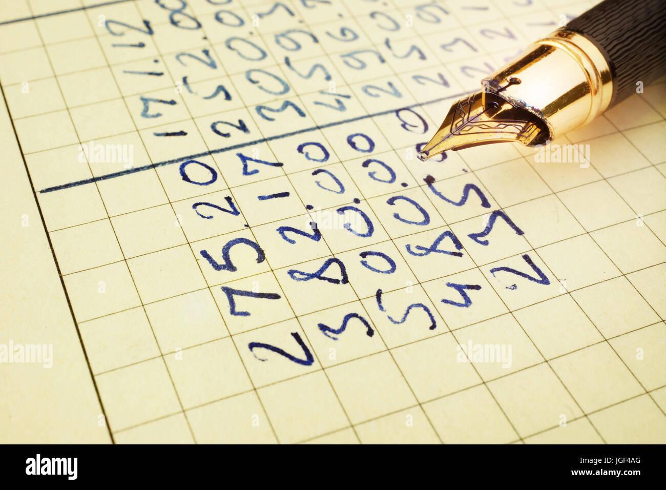 Relazione finanziaria in un libro contabile e penna. Immagini Stock