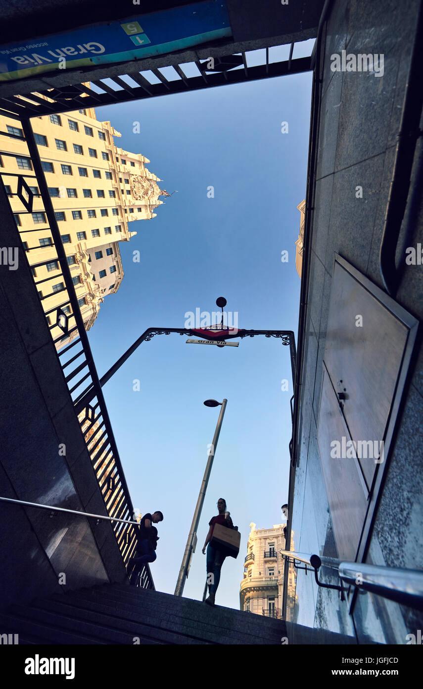 Basso angolo vista dell'ingresso della metropolitana in Gran Via Street. Madrid. Spagna. Immagini Stock