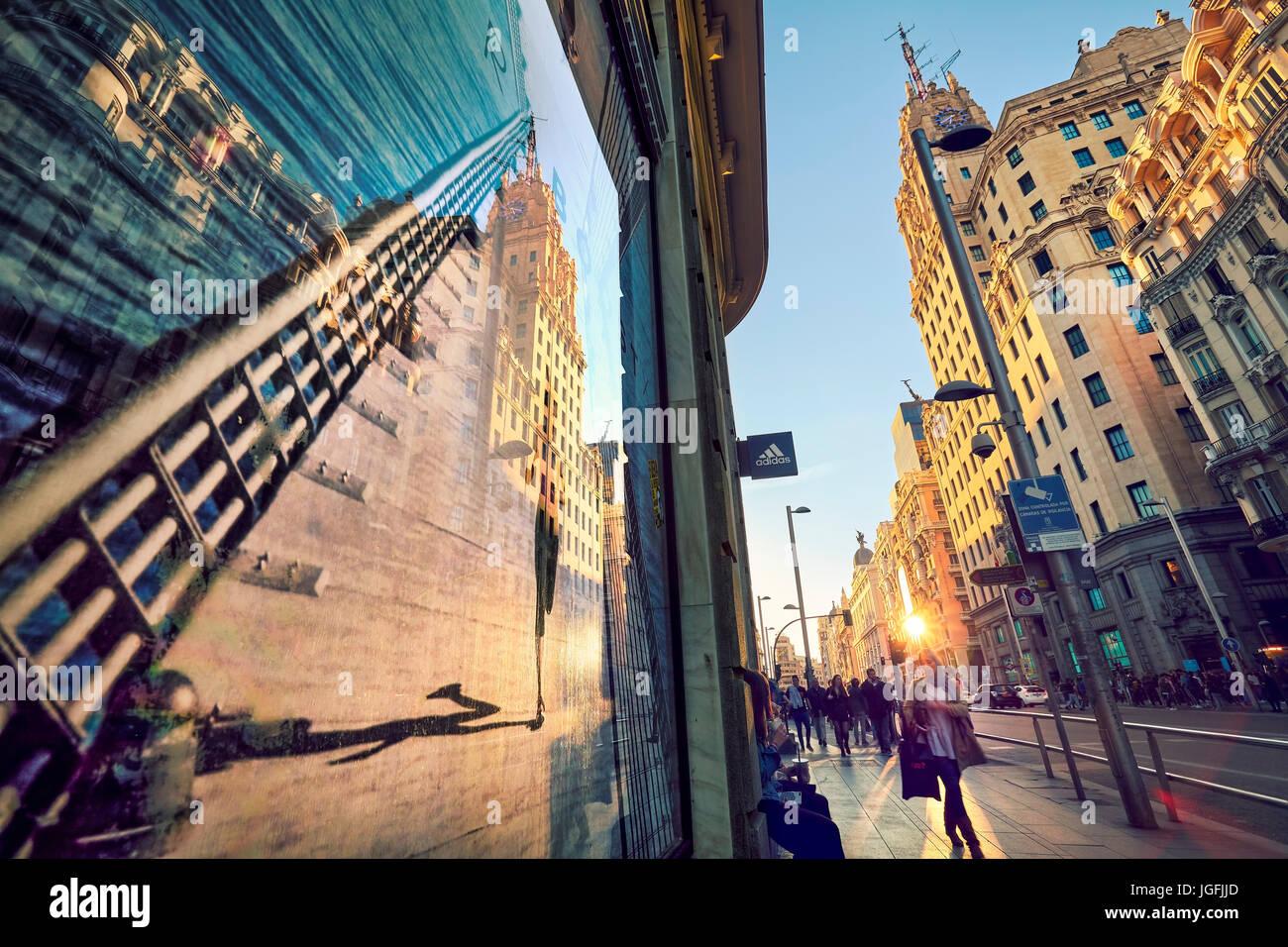 Edificio di Telefonica la riflessione su una finestra shop poster in Gran Via Avenue. Madrid. Spagna Immagini Stock