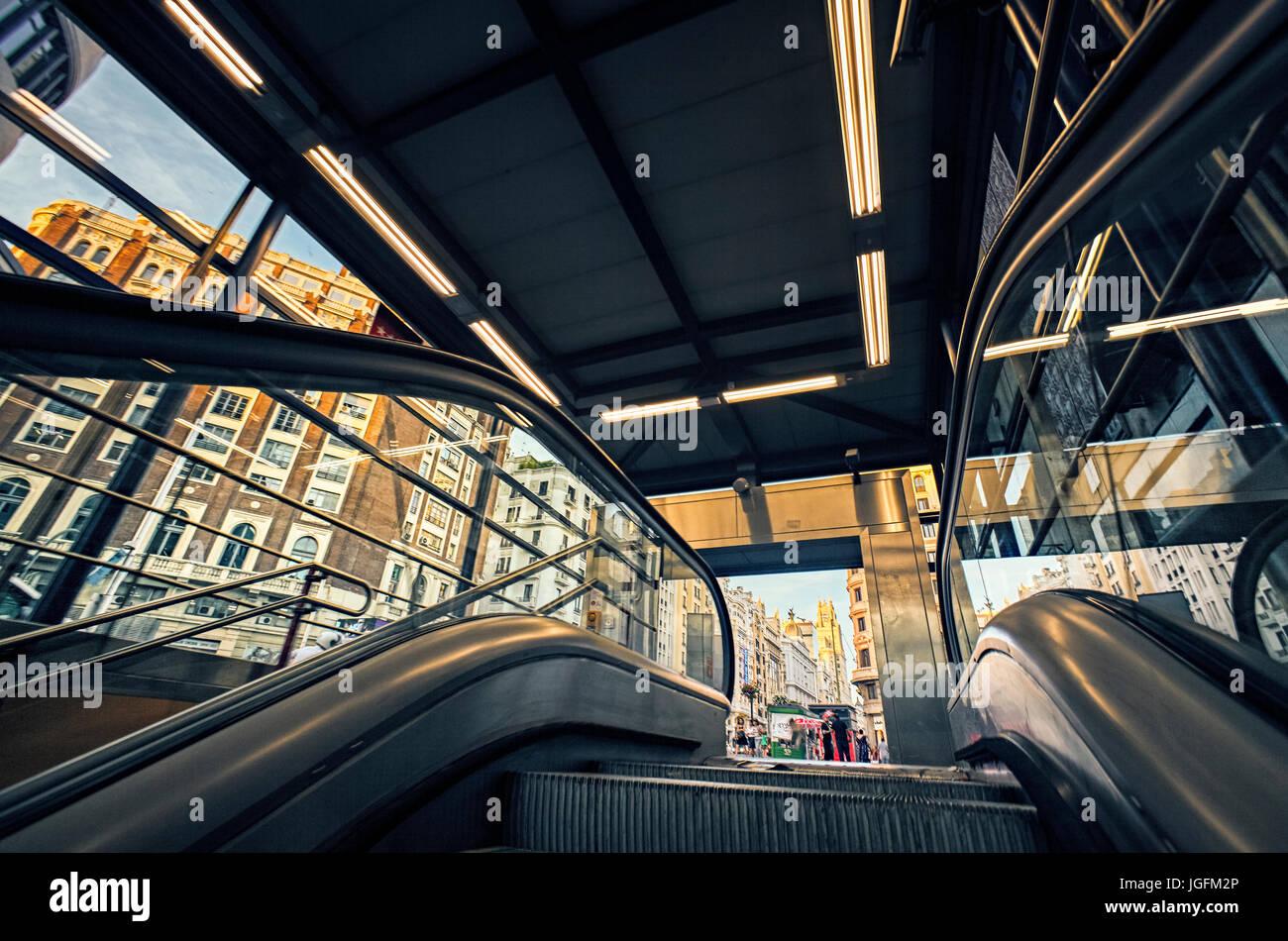 Basso angolo vista dell'ingresso della metropolitana a Piazza Callao. Madrid. Spagna Immagini Stock