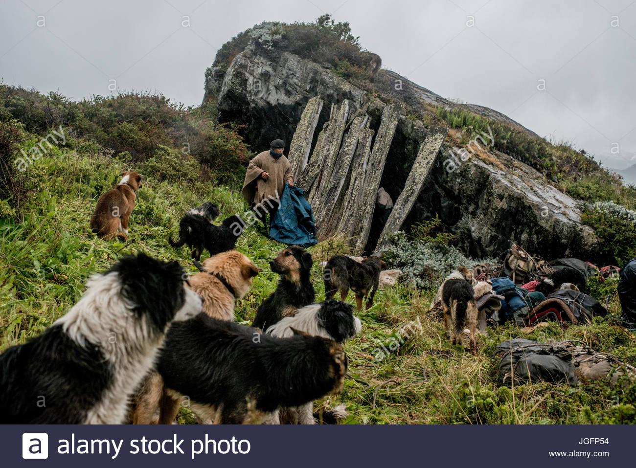 Gauchos trovare un vecchio riparo sotto un masso di trascorrere la notte sul modo di Sutherland, in Penisola Antonio Immagini Stock