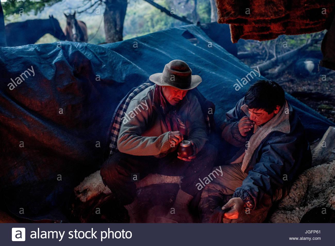 Bagualeros, cowboy che cattura di animali selvatici, bere tè mate mentre camping. Immagini Stock