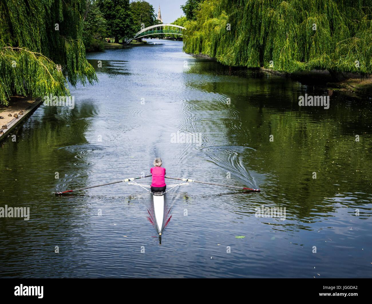 Coppia Rower - una femmina matura vogatore skiff sul grande fiume Ouse in Bedford Regno Unito Immagini Stock