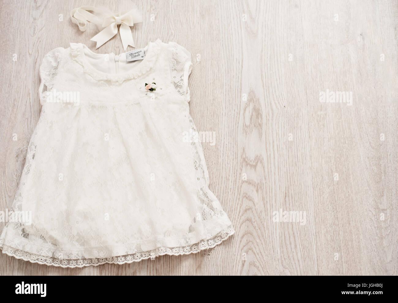 3d337d2dbdc1 Bambino Vintage White Abito in pizzo e archetto di prua su un grigio chiaro  sfondo botte. Vista superiore