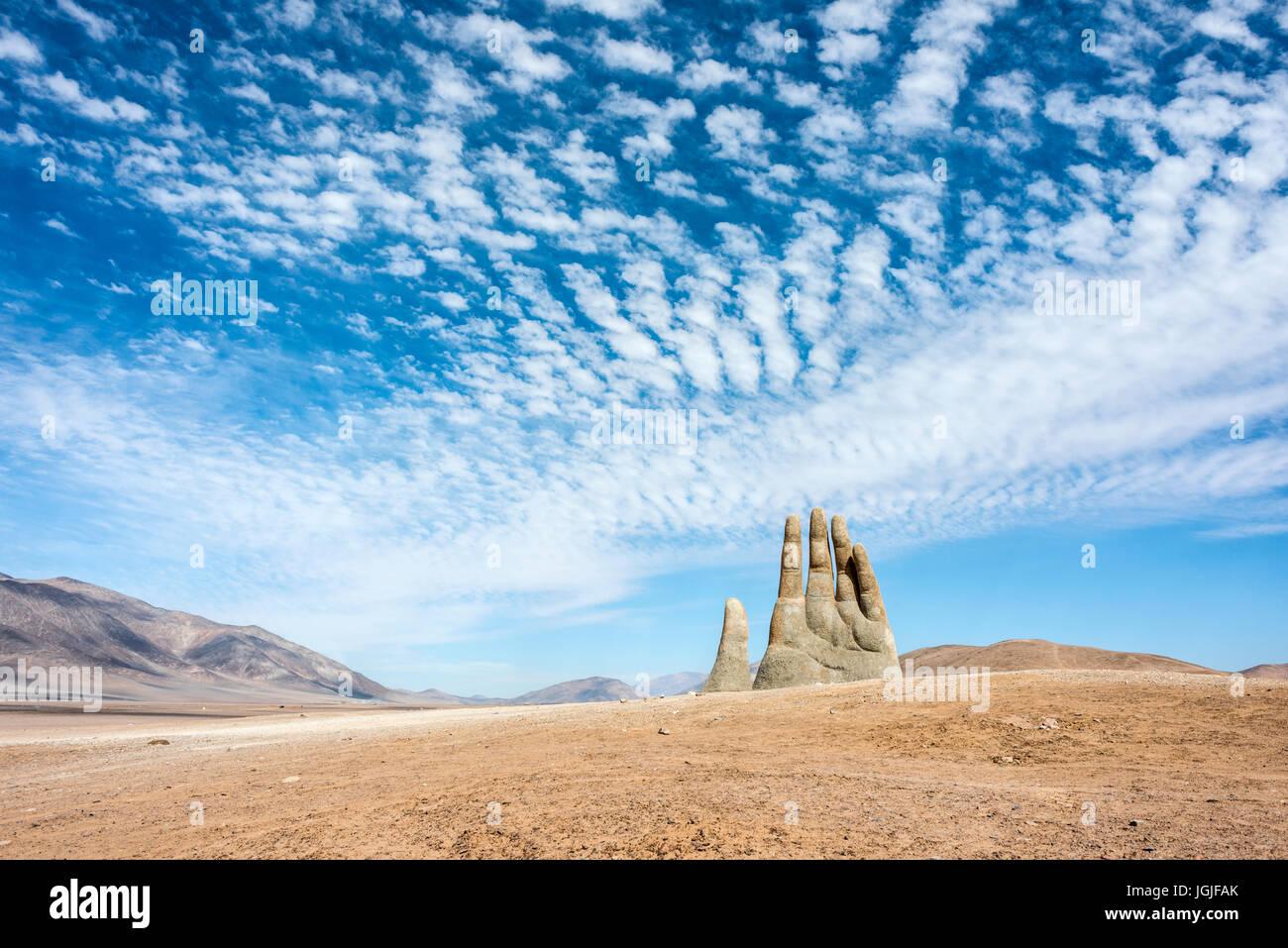 Antofagasta, 6 Aprile: piogge nel deserto di Atacama lavato via graffiti da scultura mano del deserto (mano de Desierto) Immagini Stock