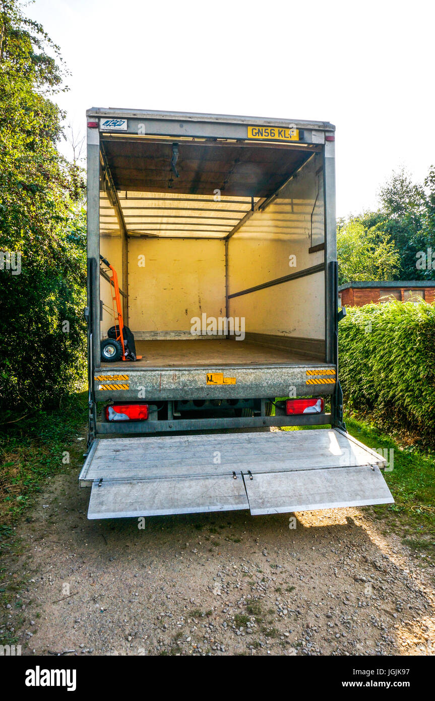 Un vuoto autocarro con sponda dopo tutto il mobilio è stato rimosso in seguito a un trasloco. Inghilterra, Immagini Stock