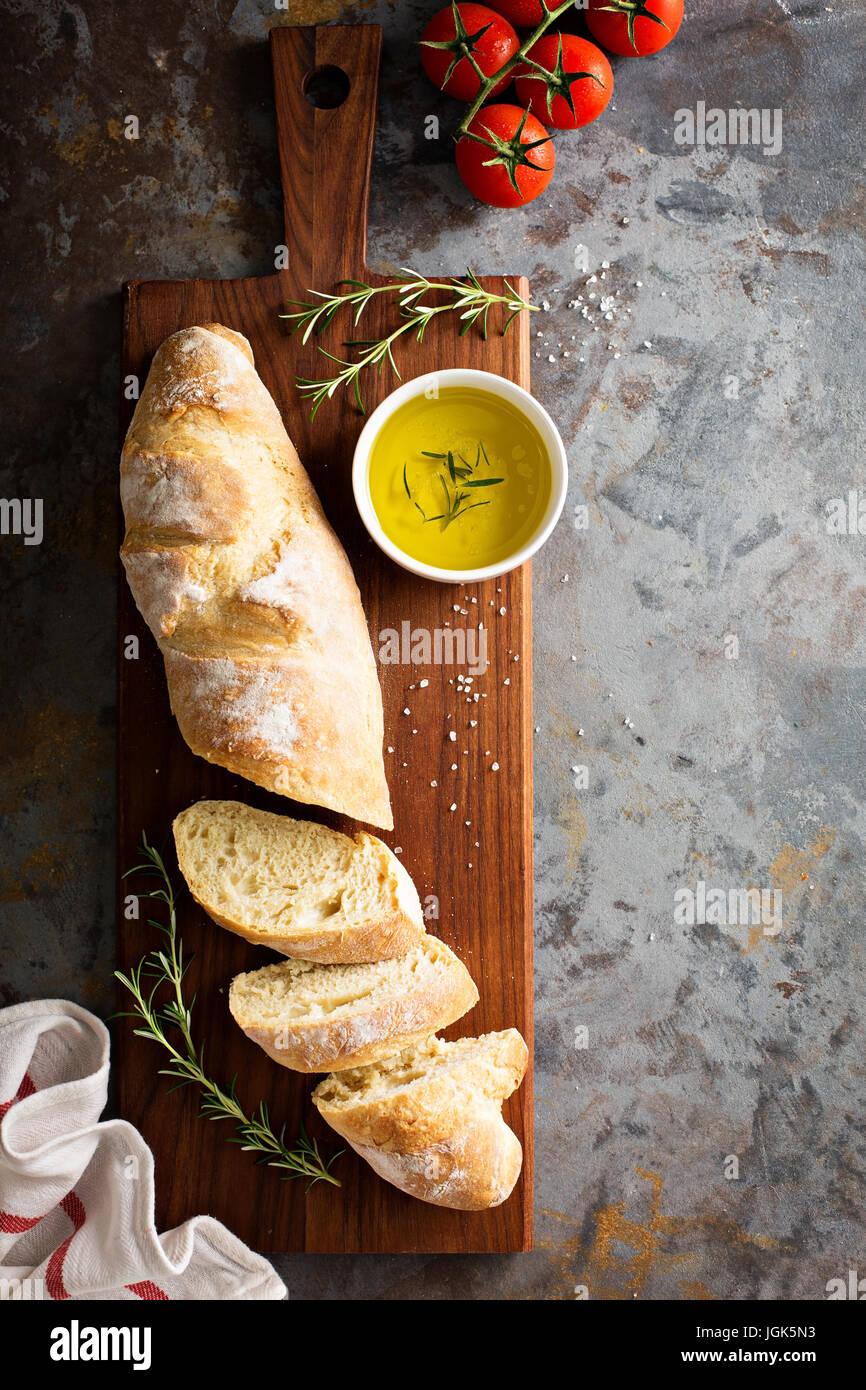 In casa la baguette con olio di oliva e sale Immagini Stock