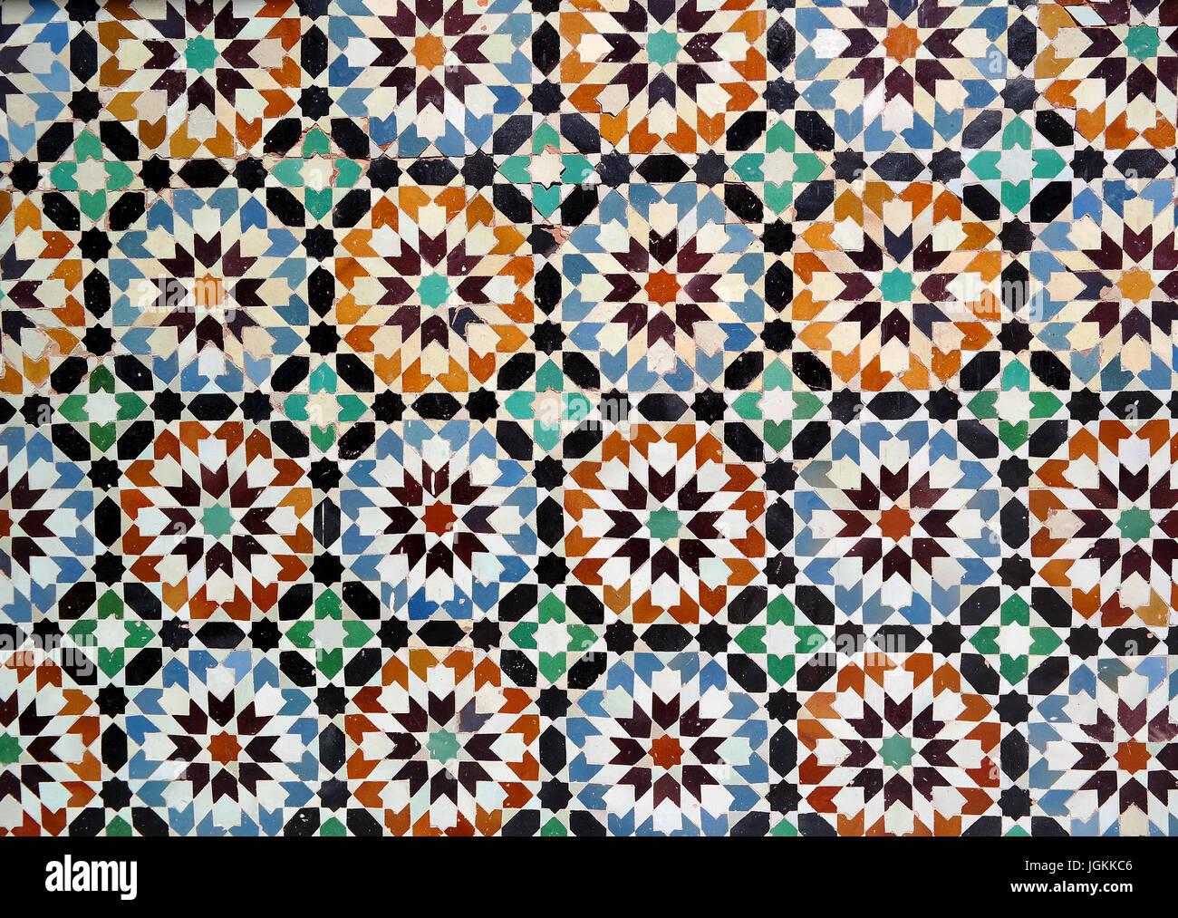Tradizionali piastrelle a mosaico noto come zellige in marocco foto