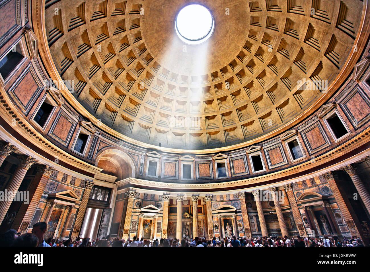 All'interno del Pantheon romano ex tempio, ora una chiesa di Santa Maria e dei Martiri (Chiesa Santa Maria dei Immagini Stock