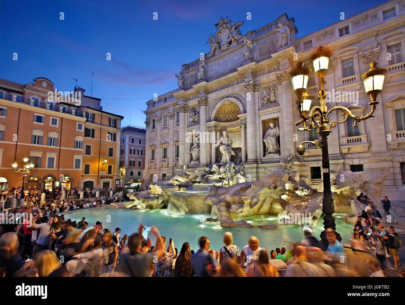 Il calare della notte a Fontana di Trevi, Roma, Italia Immagini Stock