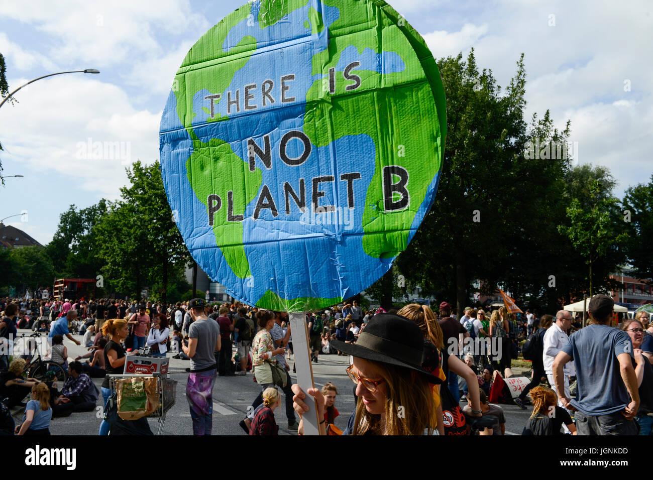 Amburgo, Germania. 8 lug 2017. Protesta rally su St. Pauli contro summit G-20 nel luglio 2017, donna di tenere un Immagini Stock