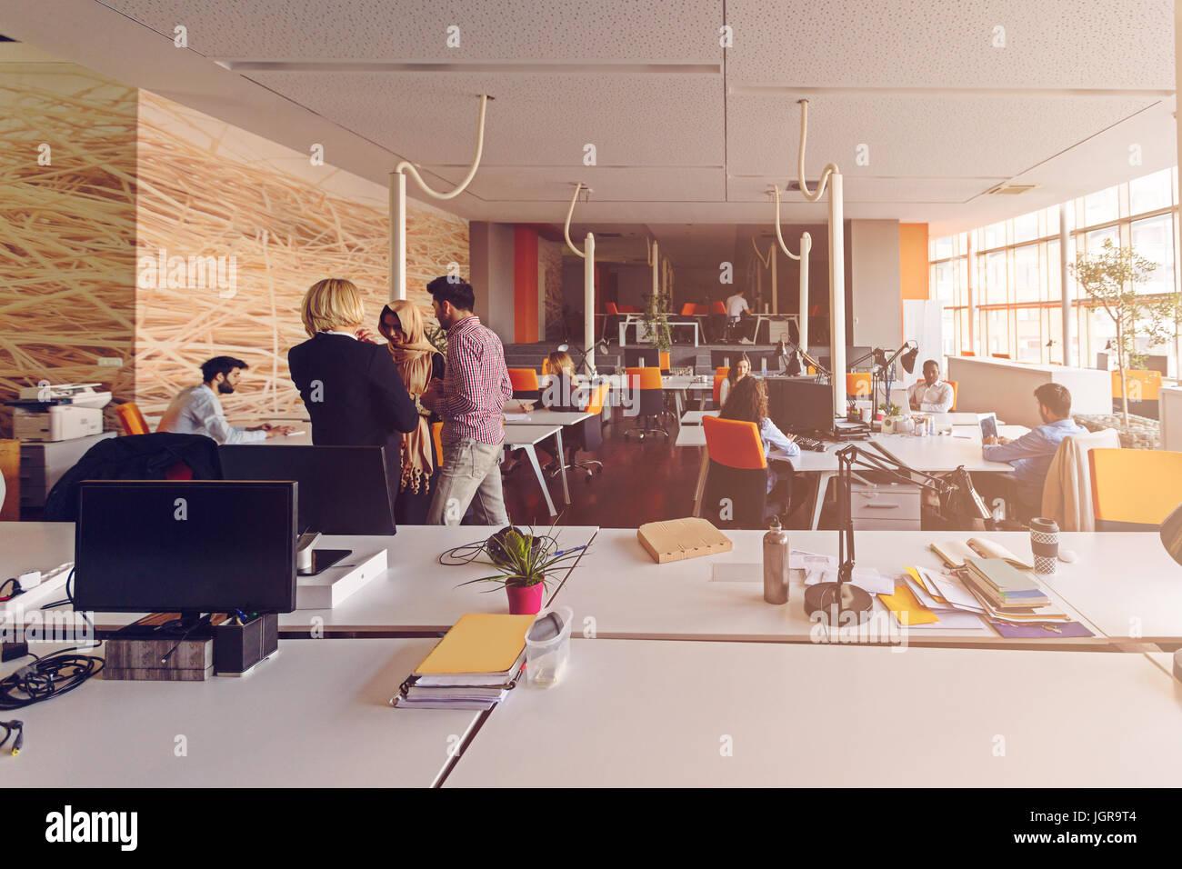 Employee immagini employee fotos stock alamy for Disegni di uffici di garage