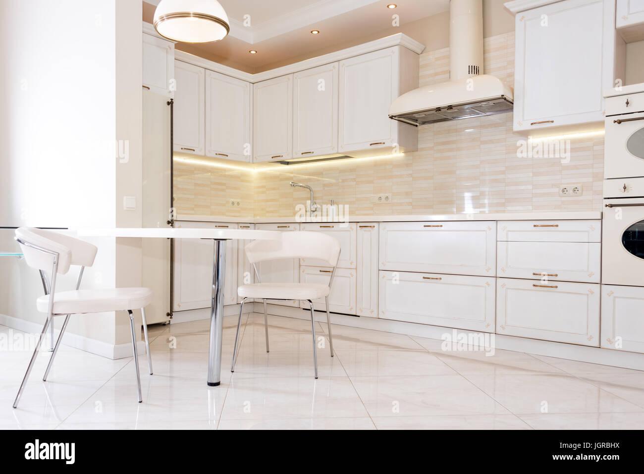Casa Classica Moderna.Moderne E Luminose Pulire La Cucina Interna In Una Casa Di