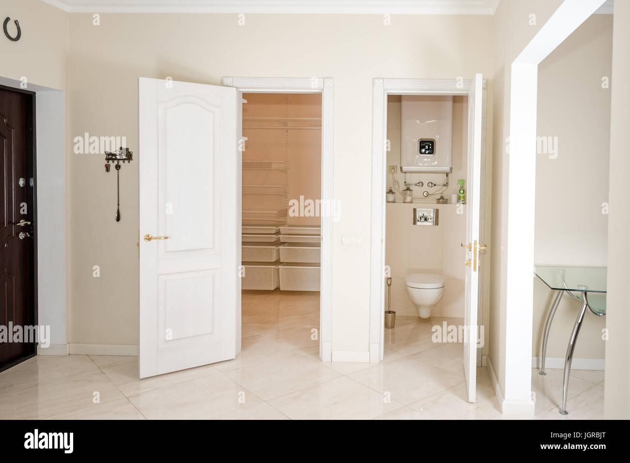 Cabina Armadio In Inglese.Interno Di Una Casa Entrata In Corridoio Bianco Con Porte Di