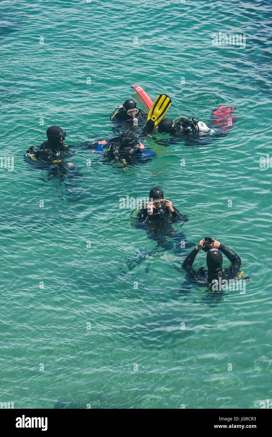 Immersioni in mare la preparazione per un tuffo. Immagini Stock