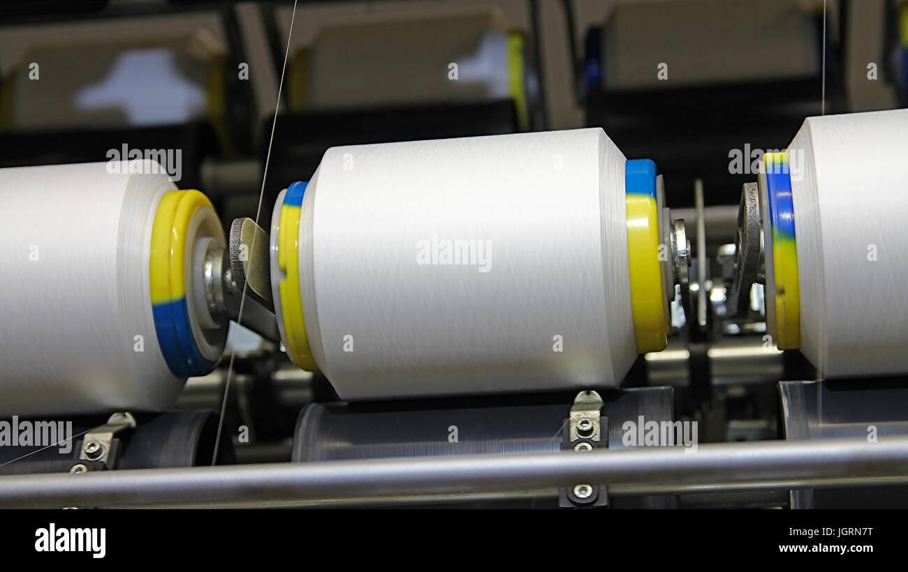 Tessuto tessile macchine operatrici in lavoro. Immagini Stock