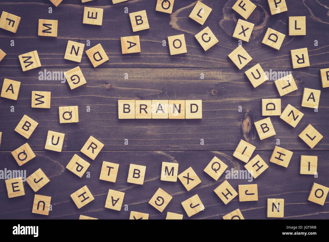 Parola di marca il blocco di legno sul tavolo per la concezione di business. Immagini Stock