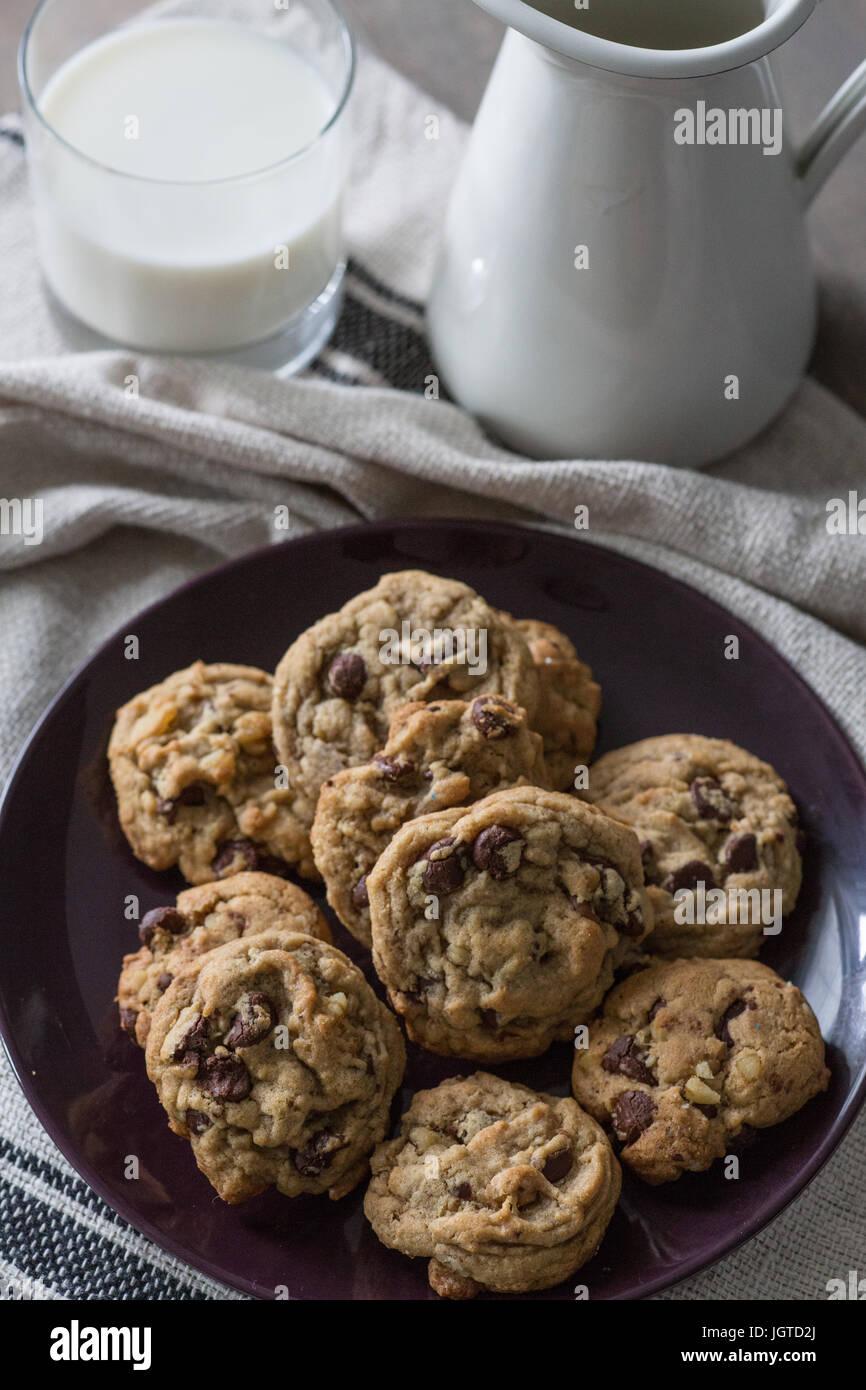 Cookie e un bicchiere di latte overhead shot Immagini Stock