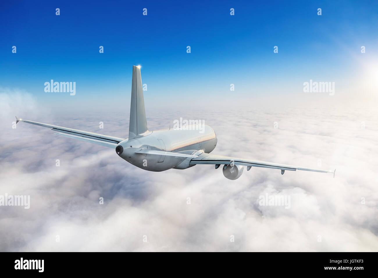 Aereo passeggeri che volano sopra le nuvole. Il trasporto e il concetto di viaggio. Antenna per veicolo viaggiare Immagini Stock