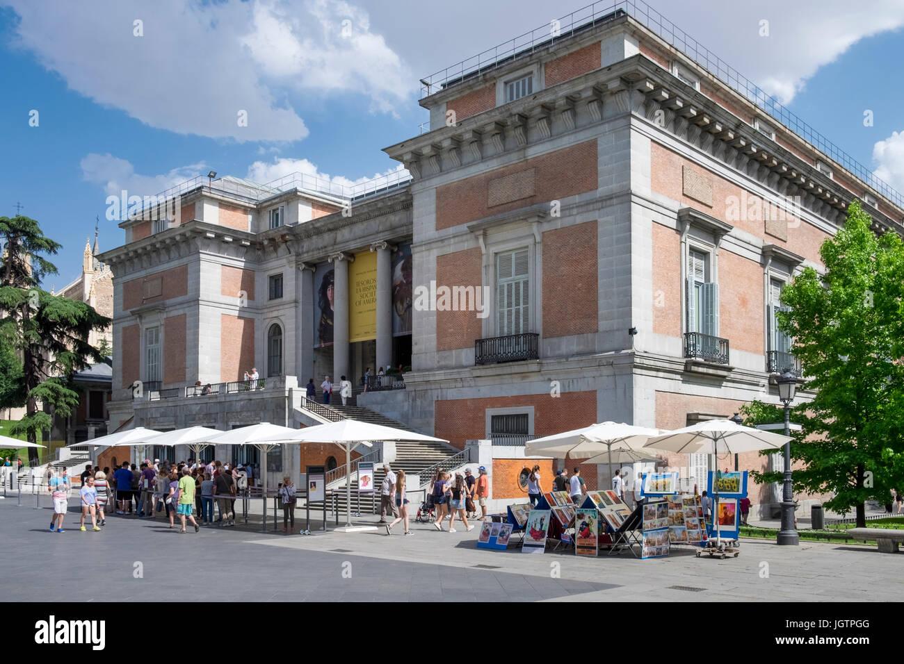 I turisti al di fuori del Museo del Prado edificio ingresso, Madrid, Spagna Immagini Stock