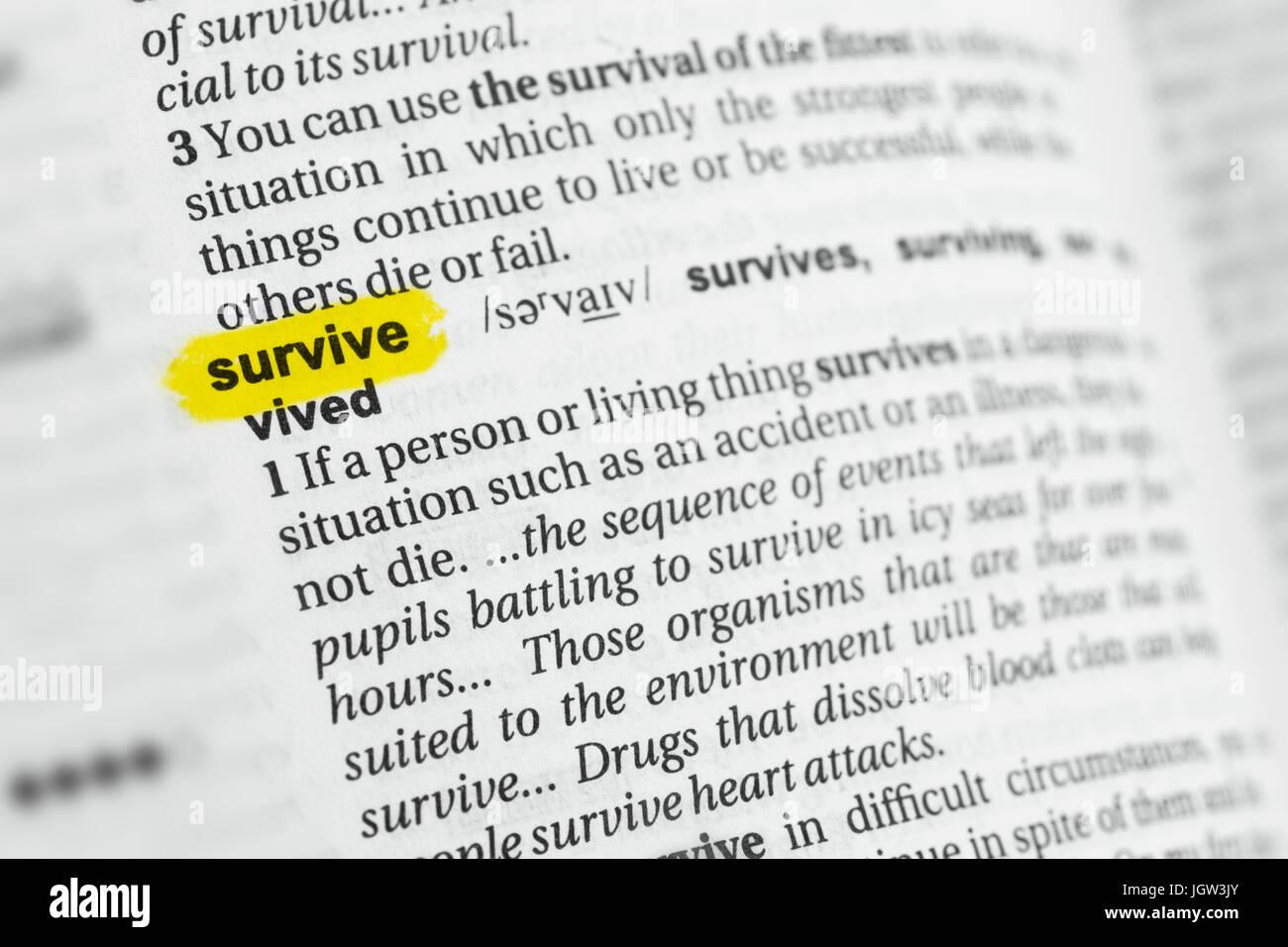 """Sottolineato parola inglese """"urvive' e la sua definizione al dizionario. Immagini Stock"""